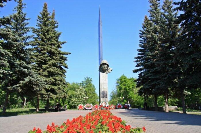 monument-slavy-700x466