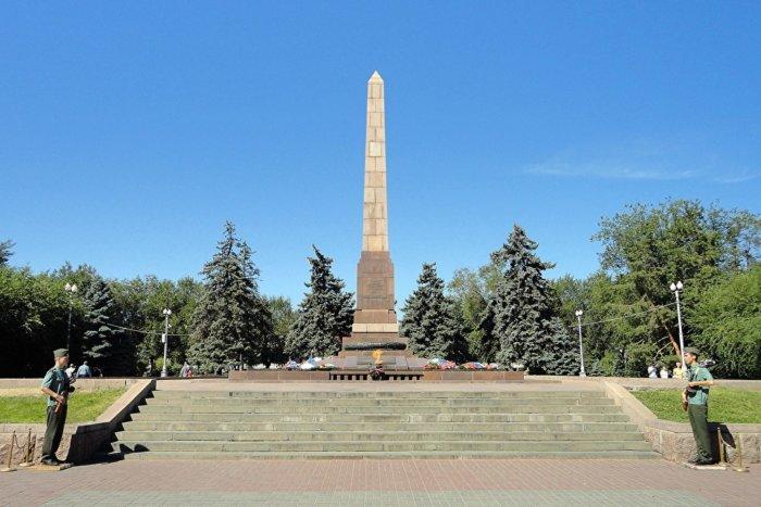 obelisk-zashhitnikam-stalingrada-i-krasnogo-tsaritsyna-700x467