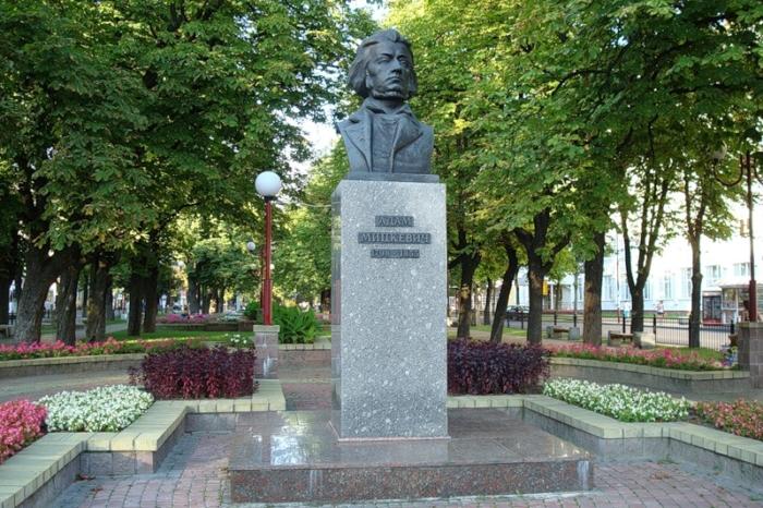 pamyatnik-adamu-mitskevichu-700x466