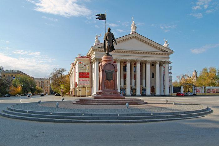 pamyatnik-aleksandru-nevskomu-2-700x466