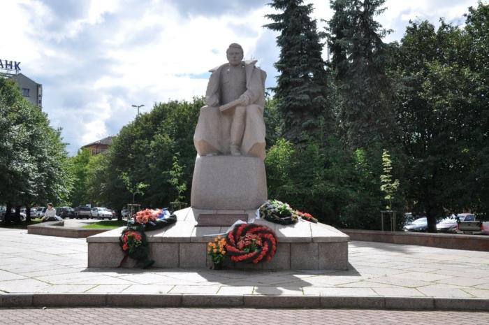 pamyatnik-am-vasilevskomu-700x465