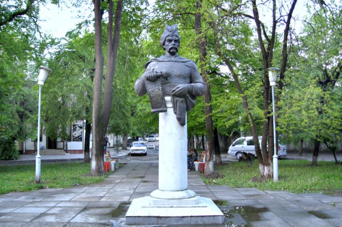 pamyatnik-bogdanu-hmelnitskomu-700x466