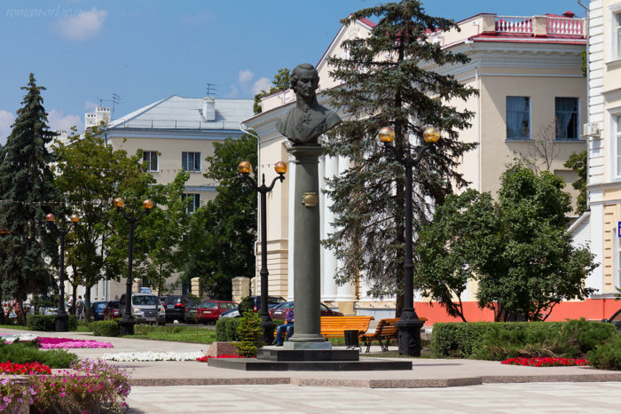 pamyatnik-gr-derzhavinu-1-700x467