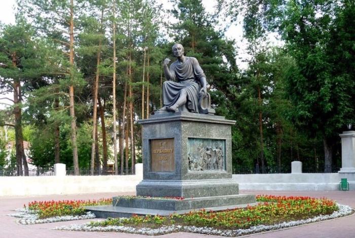 pamyatnik-gr-derzhavinu-700x469