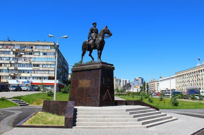 pamyatnik-kk-rokossovskomu-700x464