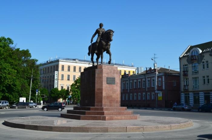 pamyatnik-knyazyu-olegu-ryazanskomu-700x464