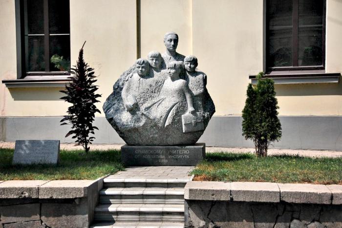 pamyatnik-krymskomu-uchitelyu-700x466