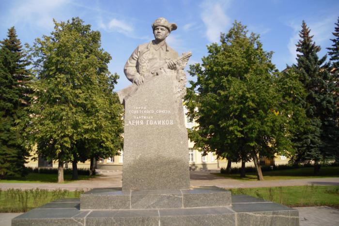 pamyatnik-lyone-golikovu-700x467