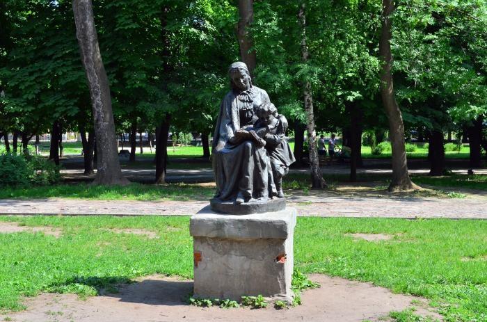 pamyatnik-ma-ulyanovoj-i-vi-ulyanovu-700x463