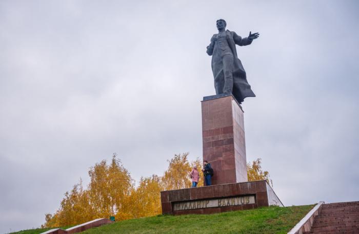 pamyatnik-mm-vahitovu-700x458