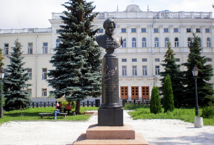 pamyatnik-ni-lobachevskomu-700x475