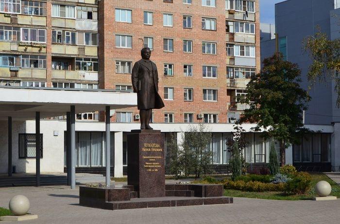 pamyatnik-nn-chumakovoj-700x463