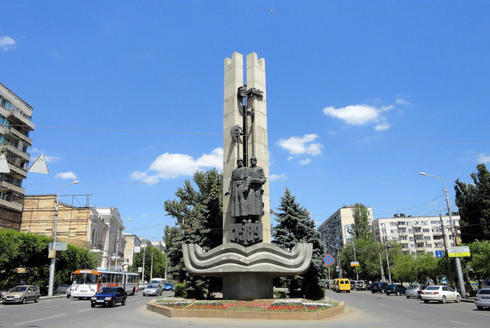 pamyatnik-osnovatelyam-tsaritsyna-volgograda-700x468