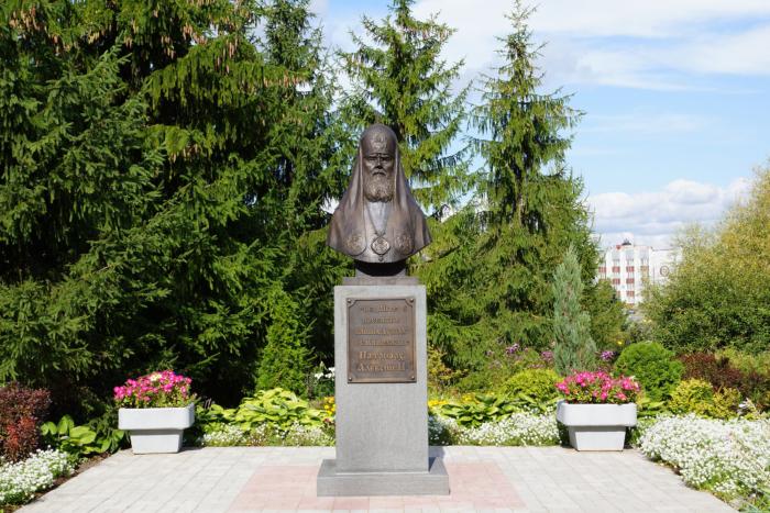 pamyatnik-patriarhu-aleksiyu-700x467