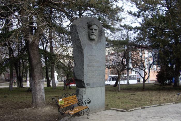 pamyatnik-pe-dybenko-700x467