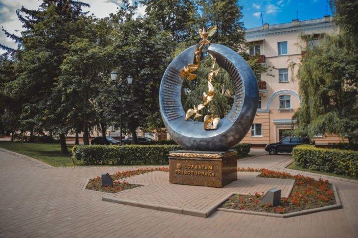 pamyatnik-soldatam-pravoporyadka-700x466