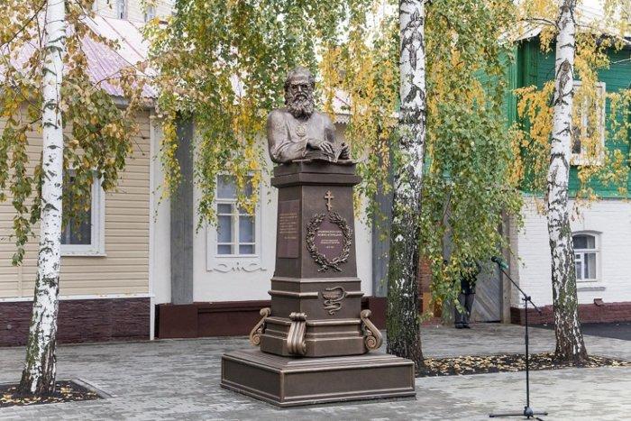 pamyatnik-svyatitelyu-luke-1-700x467