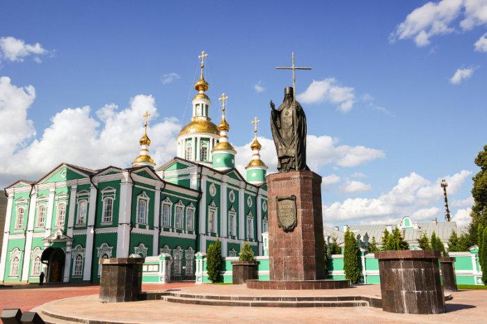 pamyatnik-svyatitelyu-pitirimu-tambovskomu-700x466