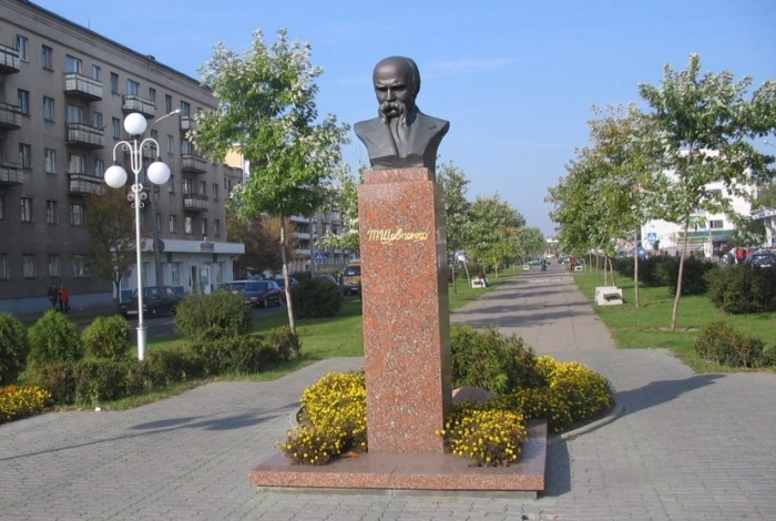 pamyatnik-tarasu-shevchenko-2-700x470