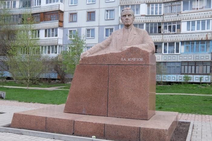 pamyatnik-va-kochetovu-700x465