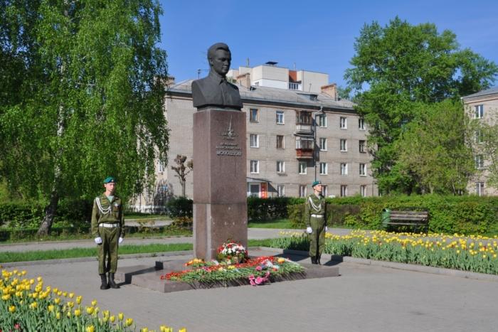 pamyatnik-va-molodtsovu-700x467
