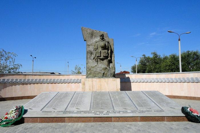 pamyatnik-vojnam-pogibshim-v-chechne-700x468