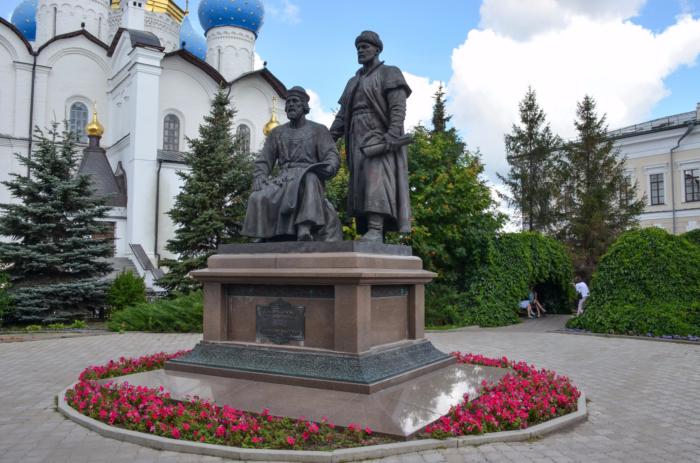 pamyatnik-zodchim-kazanskogo-kremlya--700x463