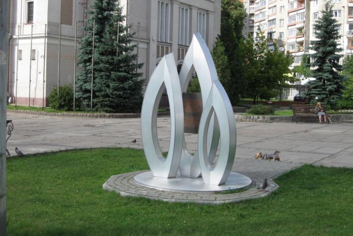 pamyatnyj-znak-vchest-100-letiya-700x467
