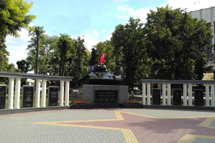 tank-pamyatnik-osvoboditelyam-simferopolya-700x467