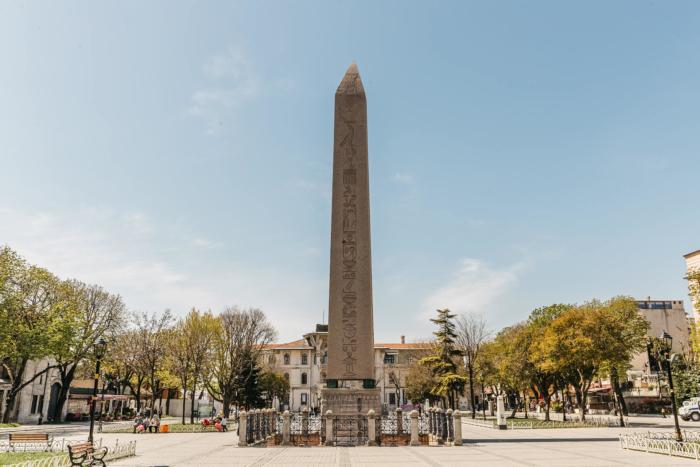 egipetskij-obelisk-700x467