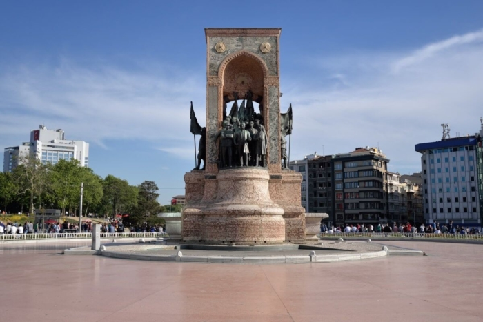 monument-respublika-700x467