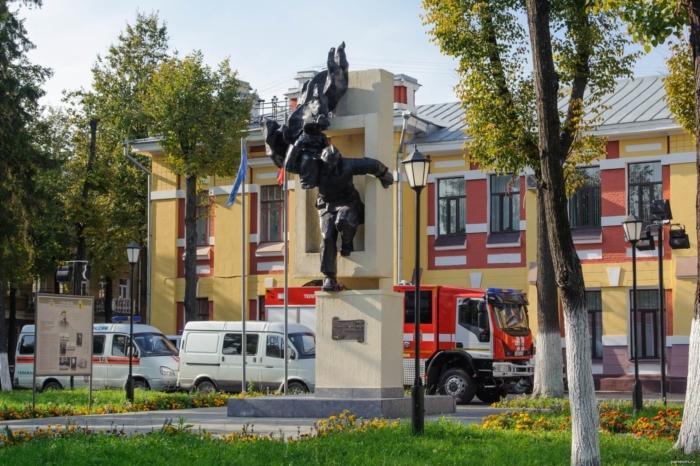 muzhestvu-pozharnyh-i-spasatelej-700x466