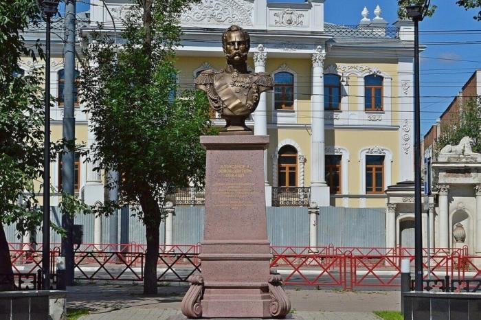pamyatnik-aleksandru-II-700x466