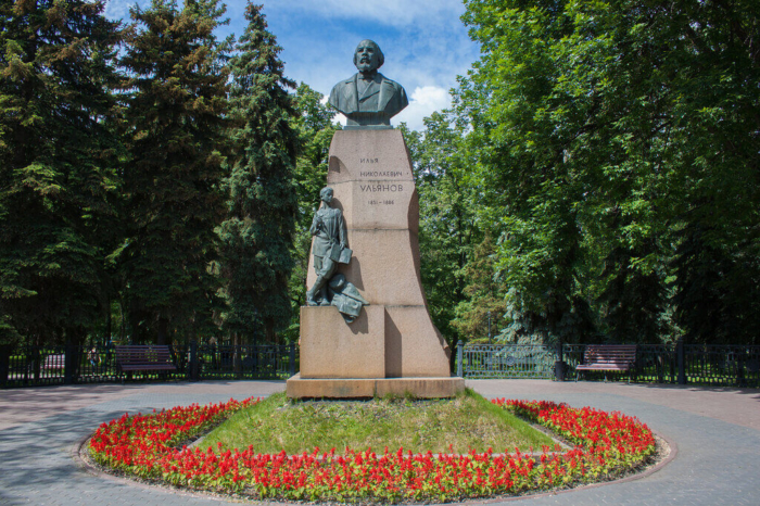 pamyatnik-in-ulyanovu-700x466