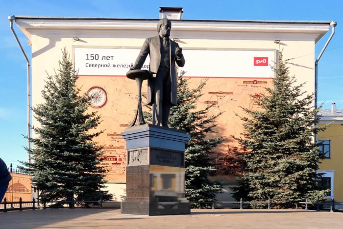 pamyatnik-savve-mamontovu-700x467