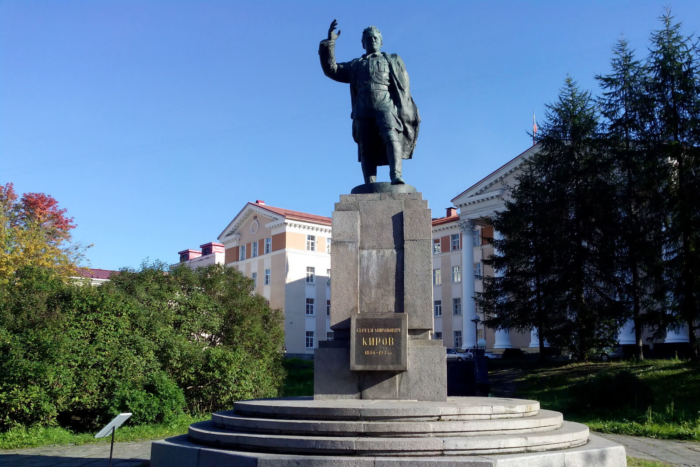 pamyatnik-sm-kirovu-700x467