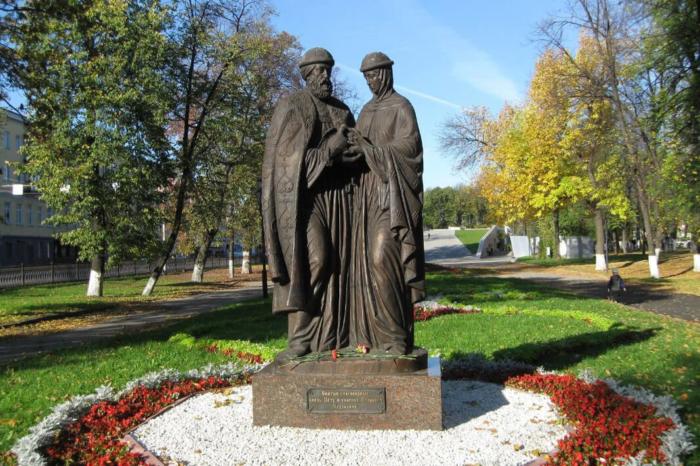pamyatnik-svyatym-pyotru-i-fevronii-muromskim-700x466