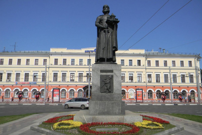 pamyatnik-yaroslavu-mudromu-700x467