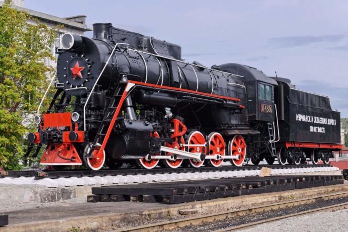 parovoz-pamyatnik-l4386-700x467