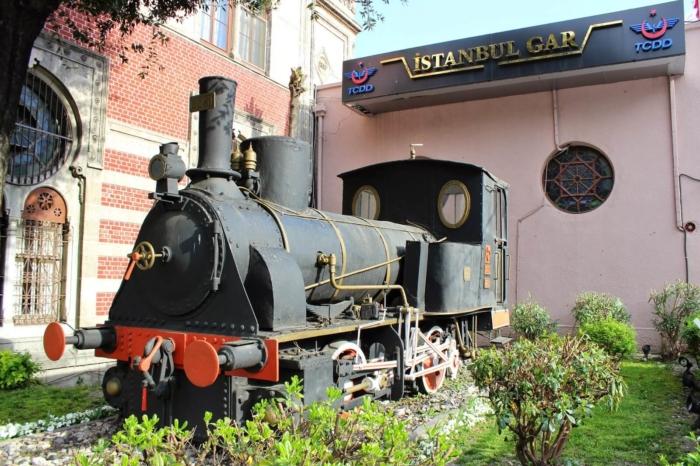 parovoz-pamyatnik-vostochnyj-ekspress-700x466