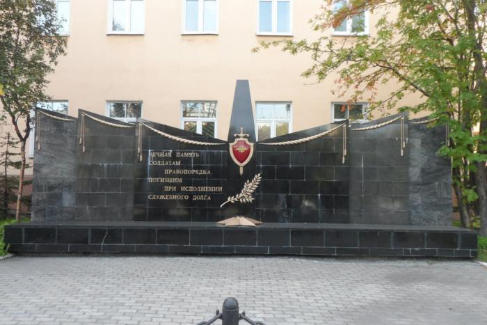 soldatam-pravoporyadka-pogibshim-pri-ispolnenii-sluzhebnogo-dolga-700x467