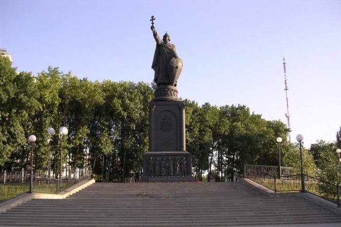pamyatnik-knyazyu-vladimiru-700x467