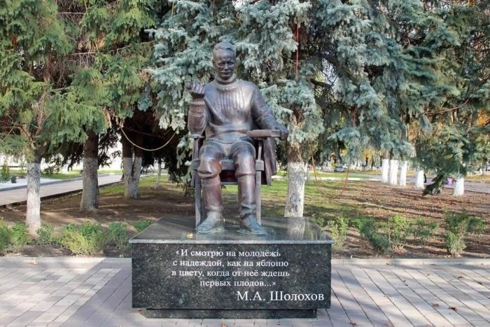 pamyatnik-ma-sholohovu-700x467