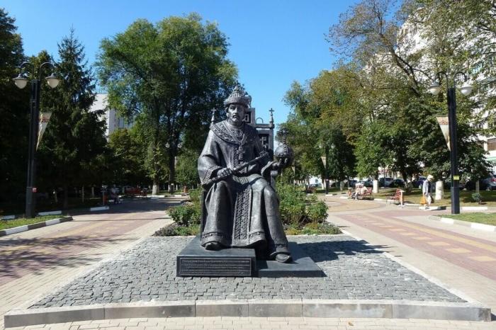 pamyatnik-tsaryu-fyodoru-ioannovichu-700x466