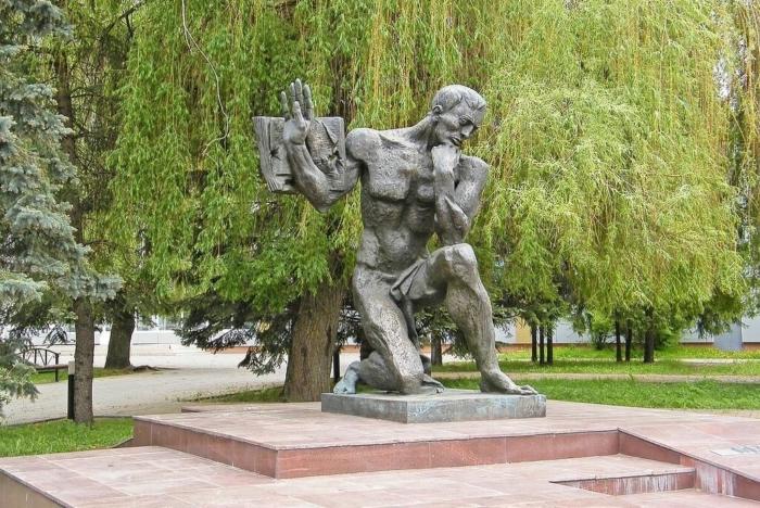 pamyatnik-uchitelyam-pogibshim-v-gody-vov-700x468