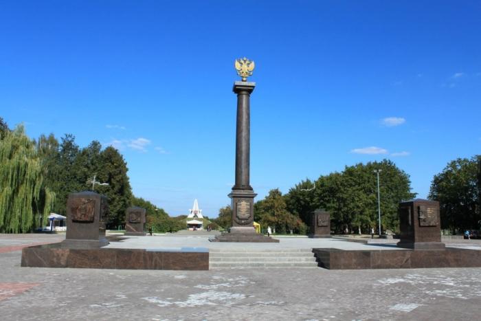 stela-gorod-voinskoj-slavy-1-700x467