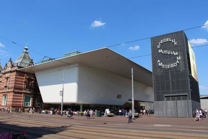 gorodskoj-muzej-amsterdama-700x467