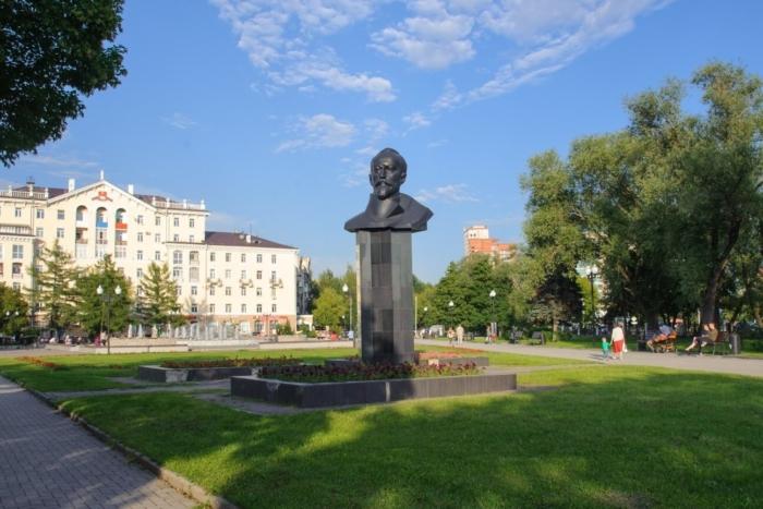 byust-fe-dzerzhinskogo-700x467