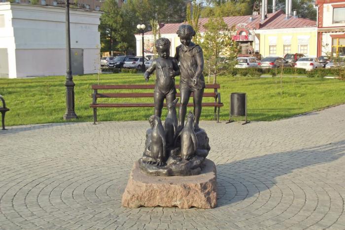 deti-kormyashhie-pingvinov-700x467