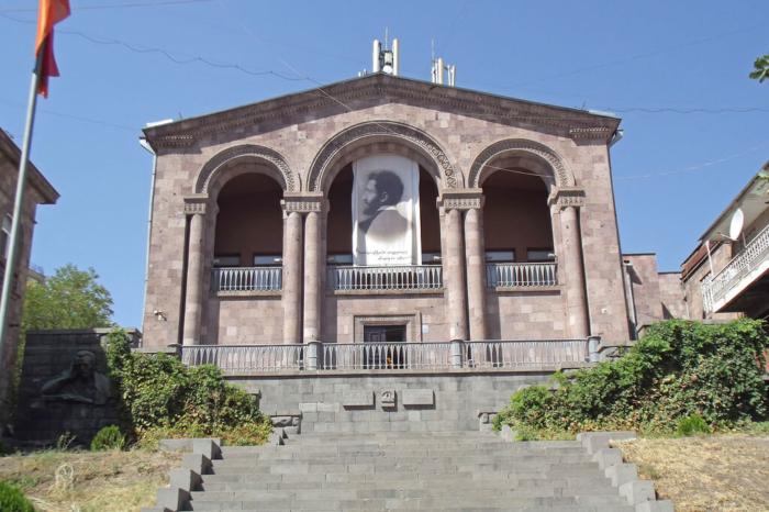dom-muzej-ovanesa-tumanyana-700x466